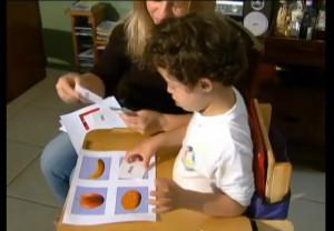 Vito tem síndrome de Down e estuda em uma escola regular. Reprodução do Youtube.